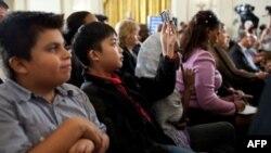 Các vị khách mời trẻ lắng nghe TT Barack Obama phát biểu về giáo dục tại Tòa Bạch Ốc, ngày 23 tháng 9, 2011