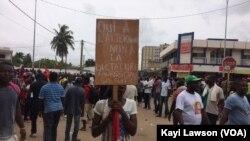 """""""Oui à l'alternance, non à la dictature"""" peut-on lire sur un panneau d'une manifestante dans les rues de Lomé, au Togo, le 4 octobre 2017. (VOA/Kayi Lawson)"""