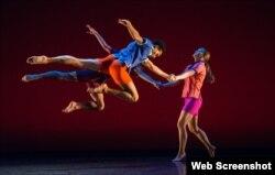 اجرائی با موسیقی هندی از گروه رقص مارک موریس در جشنواره «وایت لایت» مرکز هنری لینکلن نیویورک