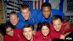 Tujuh awak pesawat ulang-alik Challenger yang meninggal akibat targedi pada tanggal 28 Januari 1986.