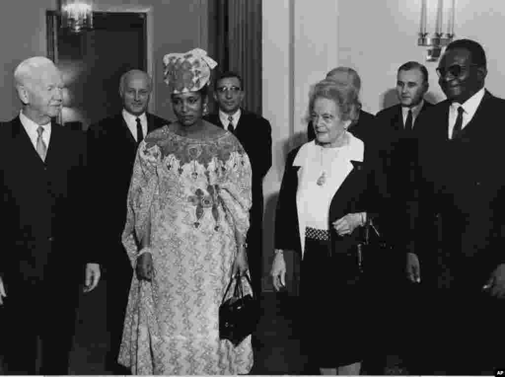 Hamani Diori, shugaban Nijar, tare da mai dakinsa Aishatou, a lokacin da shugaban Jamus ta Yamma, Heinrich Luebke (na hagu) yake tarbarsu a birnin Bonn, 19 Satumba 1968.