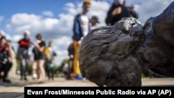 Oboreni spomenik Kristoferu Kolumbu u Mineapolisu u državi Minesota (Foto: Evan Frost/Minnesota Public Radio via AP)