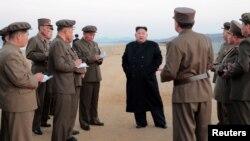 شمالی کوریا کے لیڈر کم جونگ اُن میزائل تجربے کے مقام پر ہدایات دے رہے ہیں۔ فائل فوٹو