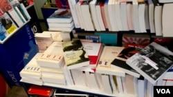 Une sélection des livres de l'automne dans une librairie de l'Ile Rousse corse, France.