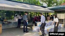 ၂၅-၉-၂၀၂၀-ေရြးေကာက္ပြဲေကာ္မရွင္က ႏိုင္ငံျခားေရးဝန္ႀကီးဌာနကတဆင့္ ေပးပို႔လိုက္တဲ့ စင္ကာပူက ႀကိဳတင္မဲမ်ား ေရတြက္စဥ္ ( သတင္းဓာတ္ပံု Myanmar Club Singapore)