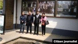 魏桢凌(左一)等五人清明节前在奉化溪口蒋介石故居。(魏桢凌提供)
