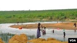 Crianças no Rio Longa (VOA / A. Capalandanda)