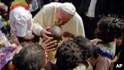 Papa Markaziy Afrika Respublikasidagi qochqinlar lagerida. 29-noyabr, 2015-yil.