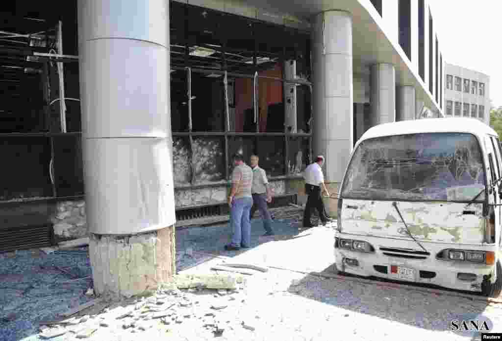 敘利亞國家通訊社公佈的照片顯示2012年10月9日在敘利亞首都大馬士革的扎巴達尼區發生炸彈爆炸,一輛汽車遭受毀壞。(路透社)