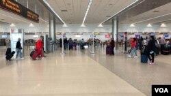 Pasajeros en el aeropuerto de Miami durante el recorrido educativo sobre viajeros con Alzheimer.
