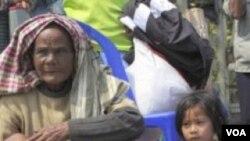 Penduduk Thailand mengungsi dari daerah perbatasan di Kantharalak, Thailand, Senin (2/7).