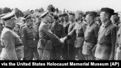 """Фото 1942 року надане прокуратурою Гамбурга Музею пам'яті Голокосту в США. Гіммлер потискає руку новим охоронцям концтабору """"Травники"""""""