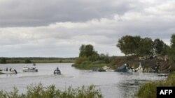 Рятувальники працюють на місці аварії російського літака ЯК-42 поблизу міста Ярославль на річці Вогла у 240-а кілометрах від Москви. На борту літака знаходилась хокейна команда Локомотив.