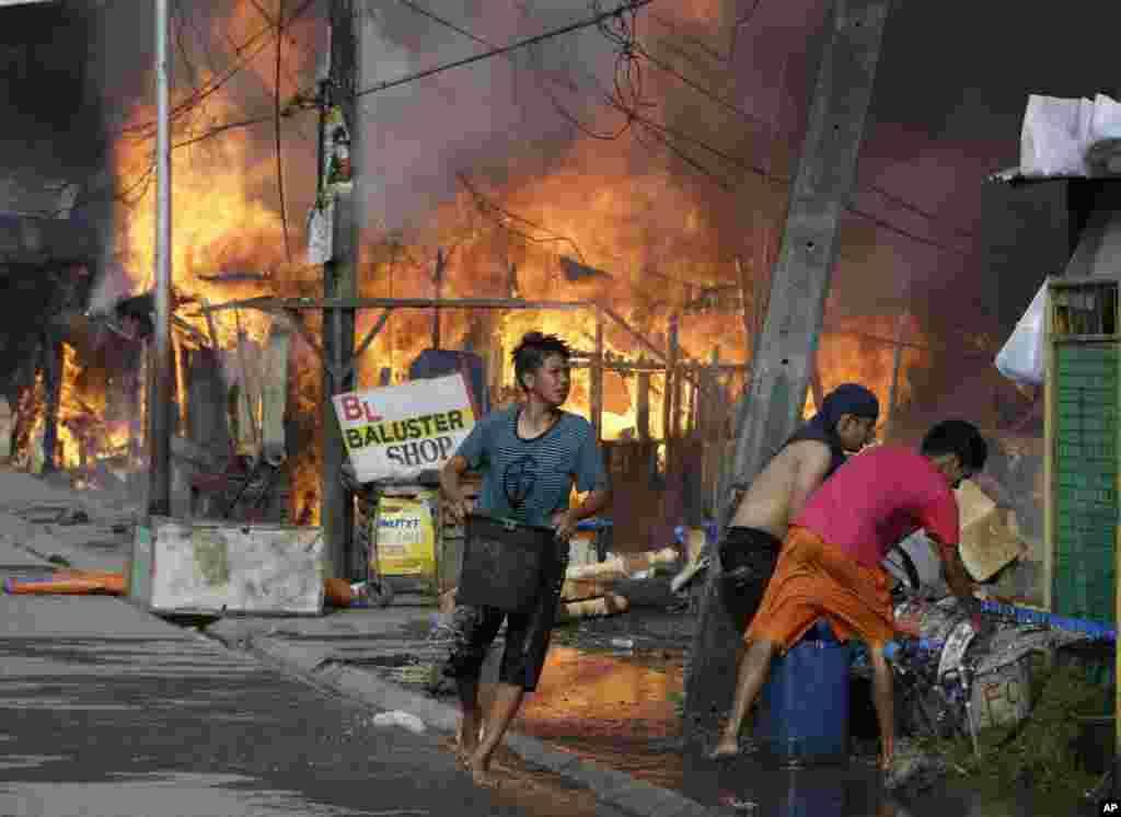Филиппины. Пожар, возникший в результате столкновения полиции с повстанцами