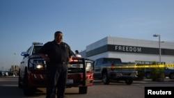 奥德萨消防救援队的一名成员在枪击事件后在一家汽车经销处监控现场,2019年9月1号, 路透社照片