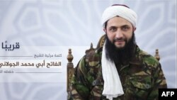 Pemimpin kelompok 'Jabhat al-Nusra' Suriah, Abu Mohamad al-Jolani menampakkan diri di televisi al-Jazeera dari lokasi yang dirahasiakan, Kamis (28/7).
