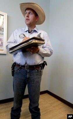 Người biểu tình vũ trang được đặt dưới sự chỉ huy của Ammon Bundy, một người trong gia đình đóng vai trò chính trong vụ giằng co năm 2014 về việc gia súc được quyền ăn cỏ trên đất của liên bang.