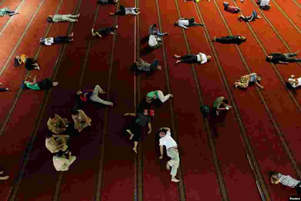 មនុស្សម្នាដេក នៅពេលពួកគេរងចាំអាហារ នៅក្នុងខែរ៉ាម៉ាឌន នៅព្រះវិហារ Istiqlal នៅក្នុងក្រុងហ្សាការតា ប្រទេសឥណ្ឌូណេស៊ី។
