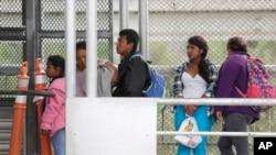 Di dân đang xin tị nạn vào Mỹ đang đứng đợi trên cầu Quốc tế ở Mexico