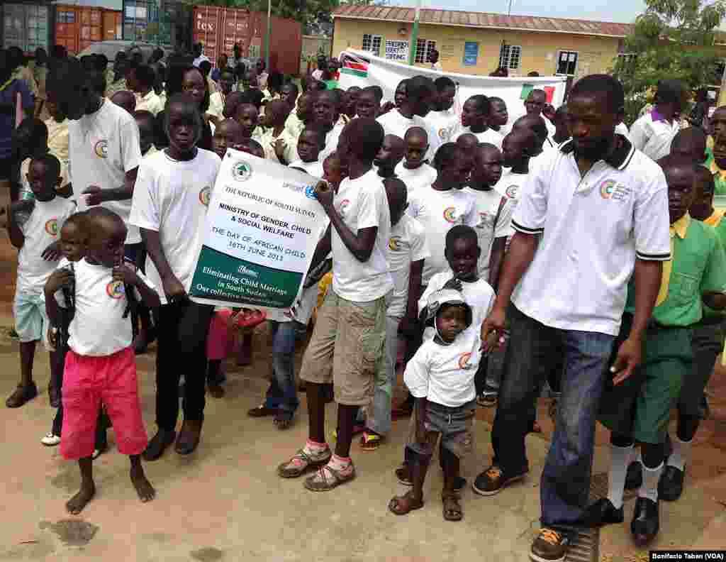 Anak-anak berbaris di Pusat Kebudayaan Nyakuron di Juba untuk memperingati Hari Anak Afrika yang jatuh pada 16 Juni.