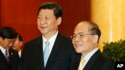 Chủ tịch Trung Quốc Tập Cận Bình (trái) được Chủ tịch Quốc hội Việt Nam Nguyễn Sinh Hùng (phải) tiếp đón tại Hà Nội ngày 21/12/2011.