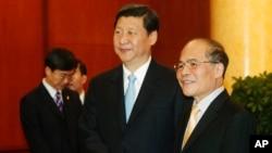 Chủ tịch Quốc hội Việt Nam Nguyễn Sinh Hùng và ông Tập Cận Bình (ảnh tư liệu).