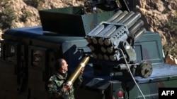 Salah seorang anggota pasukan Kurdi (Peshmerga) mempersiapkan serangan terhadap posisi ISIS di Sinjar, Irak utara, Kamis (12/11).