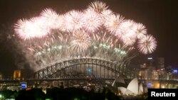 Pháo hoa thắp sáng Cảng Sydney vào lúc nửa đêm, đón năm mới 2014 tại Sydney.