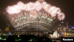 호주 시드니에서 2014년 1월 1일의 시작을 맞아 성대한 불꽃놀이가 열리고 있다.