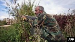 Một chiến binh cách mạng chiến đấu ở Sirte