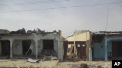 Darah tampak di jalanan dan gedung-gedung yang rusak akibat ledakan bom bunuh diri di Damaturu, Nigeria. (Foto: dok.)