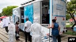Personas sin hogar hacen fila para vacunarse contra el COVID-19 en un parque público de San José, capital de Costa Rica, en julio de 2021.