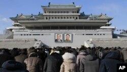 김정일 북한 국방위원장 사망 3주기를 맞은 17일 북한 주민들이 평양 김일성광장에 모여있다.