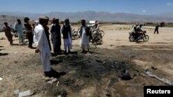 Cư dân Afghanistan tụ tập tại hiện trường vụ đánh bom tự sát ở tỉnh Parwan.
