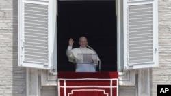 教宗方济各在圣彼得广场发表祝福讲话。(2017年7月2日)