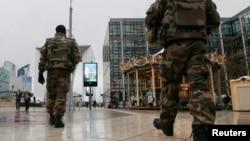 Vojnici patroliraju Parizom