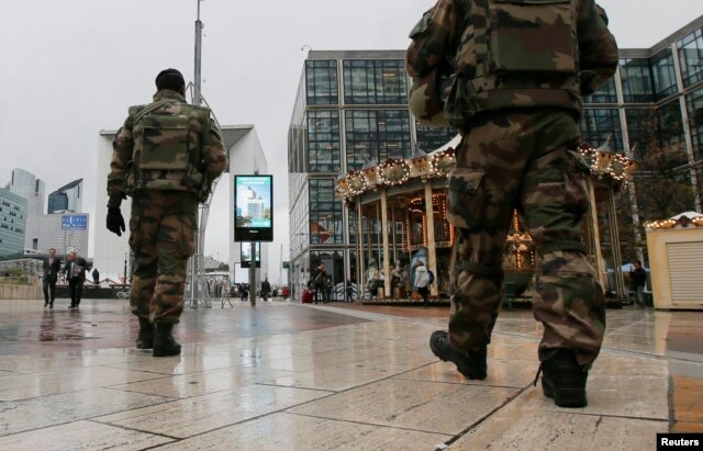 Binh sĩ Pháp tuần tra tại Nanterre gần Paris, ngày 19/11/2015. Các nhà lập pháp Pháp hôm nay biểu quyết gia hạn tình trạng khẩn trương thêm 3 tháng.