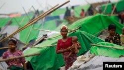 Para perempuan di kamp pengungsi Rohingya di luar kota Sittwe, Myanmar. (Foto: Dok)