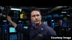巴特勒在电影《冰海陷落》中饰演美军潜艇舰长(电影预告片截图)