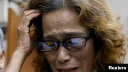 ISIL에 살해된 일본 언론인 고토 겐지 씨의 어머니가 1일 기자들을 만난 자리에서 눈물을 흘리고 있다.