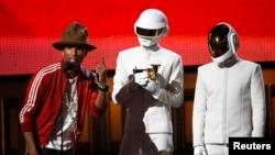 Guy-Manuel de Homem-Christo và Thomas Bangalter đã lên nhận giải với chiếc mặt nạ robot