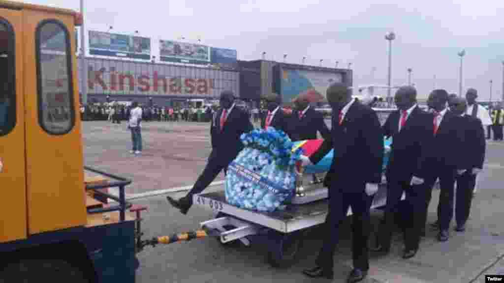 JEUDI.La dépouille de Papa Wemba a quitté Abidjan pour Kinshasa, en RDC, accompagnée par le ministre congolais du tourisme Elvis Muntiri wa Bashala, arrivé un peu plutôt dans la capitale ivoirienne. LIRE L'ARTICLE ICI