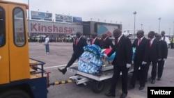 La veuve du chanteur décédé à 66 ans dans la nuit de samedi à dimanche après un malaise sur scène à Abidjan, Marie Rose, surnommée maman Amazone, avait embarqué dans l'avion avec les musiciens de l'artiste.