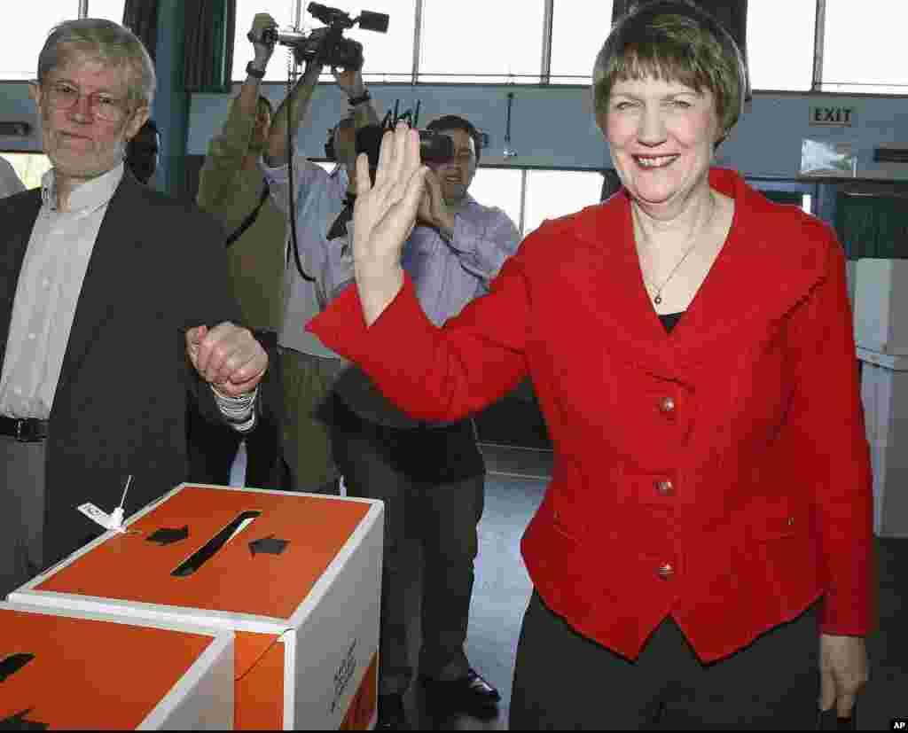 Vođa Laburističke stranke Helen Clark i njezin suprug Peter Davis glasuju na općim izborima na New Zelandu, u Aucklandu, 8. novembra 2008. (AP)