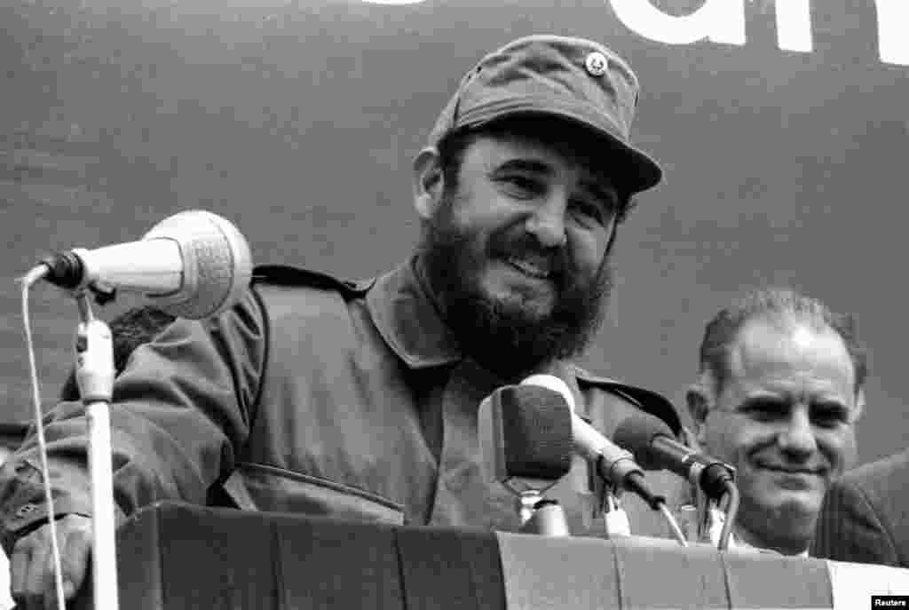 Fidel Castro donne un discours à une foule à Leuna, Allemagne de l'Est, en 1972.