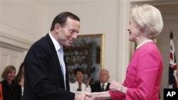 Tony Abbott (kiri) menjabat tangan Gubernur Jenderal Quentin Bryce seusai pengambilan sumpah jabarannta sebagai PM Australia ke-28 di 'Government House', Canberra, Rabu (18/9).