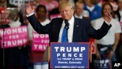 El acto en Reno fue accidentado para Trump ya que agentes del Servicio Secreto de Estados Unidos lo sacaron del escenario a medio discurso por una posible amenaza que resultó en falsa alarma.