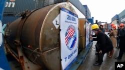 Представители участвующих компаний подписывают контейнеры с ураном, в рамках программы «Мегатонны в мегаватты». Санкт-Петербург, Россия, 14 ноября 2013.