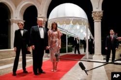 美国总统唐纳德·川普(Donald Trump)与第一夫人梅拉尼亚和儿子巴伦在佛罗里达州的海湖庄园参加新年晚会时对记者发表谈话(2017年12月31日)。