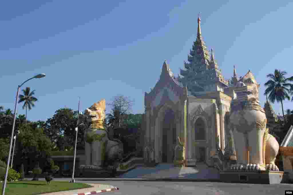 One of the four entrances to Shwedegon Pagoda, Rangoon, Burma, November 22, 2012. (D. Schearf/VOA)